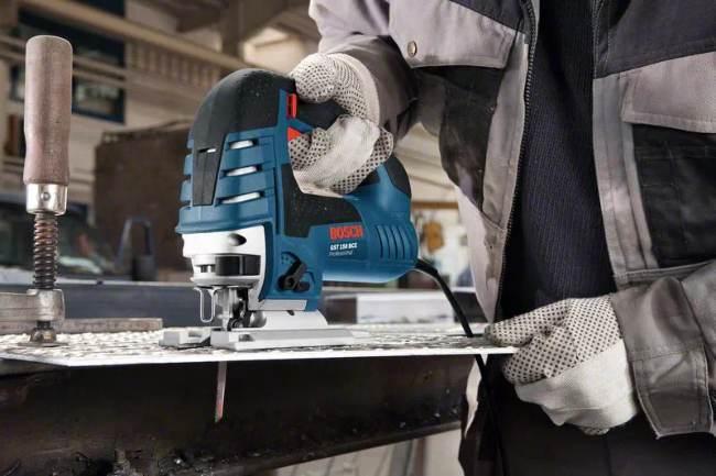 Sierra de calar Bosch dando un corte a una placa metálica de acero